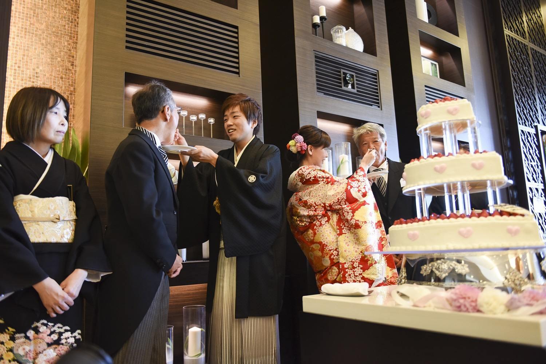 徳島市の結婚式場ブランアンジュで両親にもウェディングケーキを振舞うラストバイト