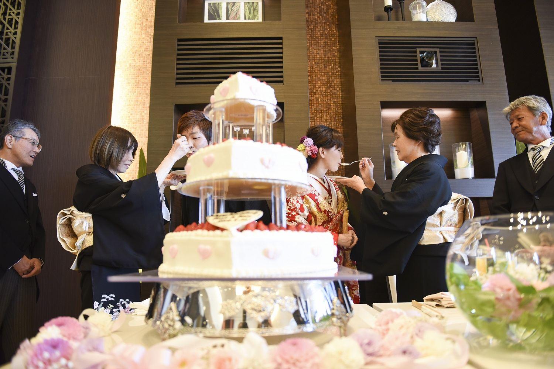 徳島市の結婚式場ブランアンジュで両親から新郎新婦へケーキを