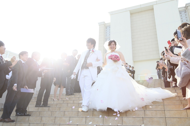 徳島市の結婚式場ブランアンジュの大階段でのフラワーシャワーは徳島唯一