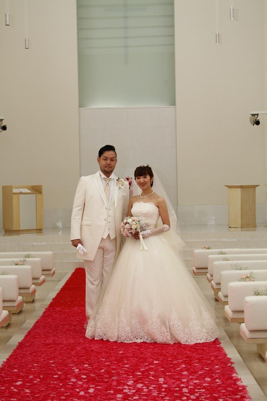 徳島市の結婚式場ブランアンジュで花びらバージンロードでのワンカット
