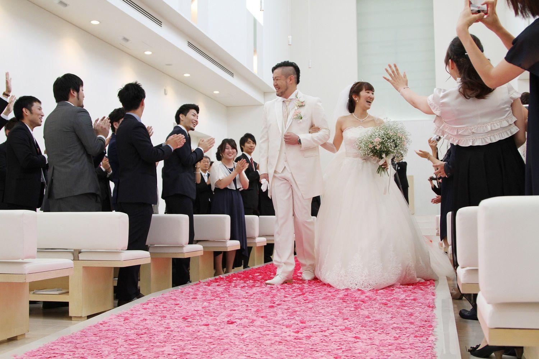 徳島市の結婚式場ブランアンジュでピンクのはなびらのバージンロード