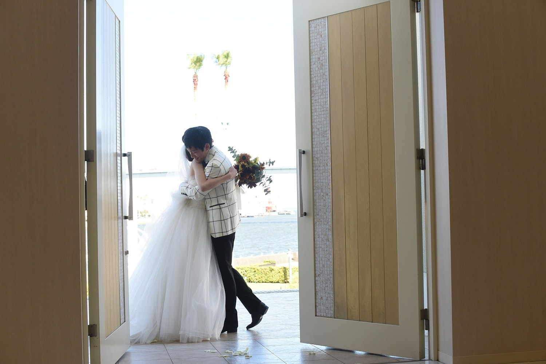徳島市の結婚式場ブランアンジュで挙式後に新郎新婦様のゲストが見守るクロージングハグ