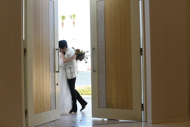 徳島市の結婚式場ブランアンジュでクロージングハグをしての退場シーン