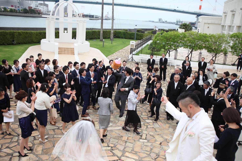徳島市の結婚式場ブランアンジュで大階段でぬいぐるみトス