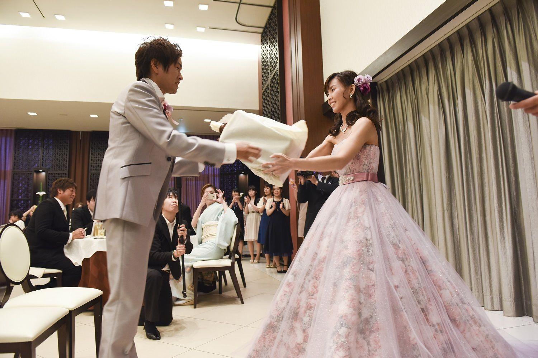 徳島市の結婚式場ブランアンジュで新婦からのサプライズで花束のプレゼント