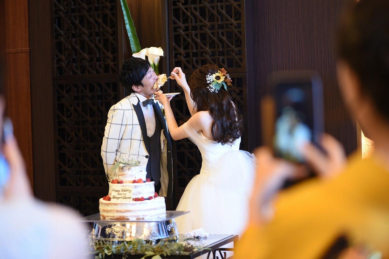 大きなケーキを口に!