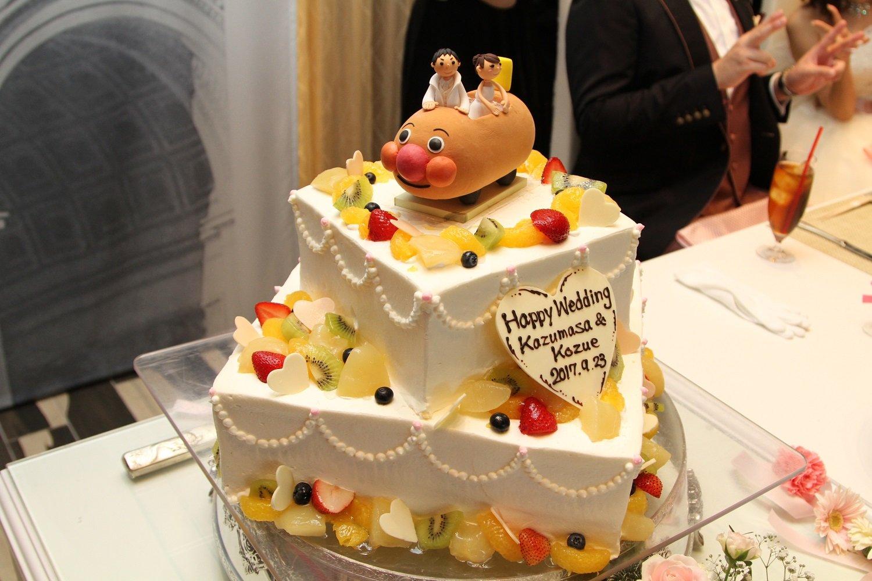 徳島市の結婚式場ブランアンジュでアンパンマン号がのったウエディングケーキ