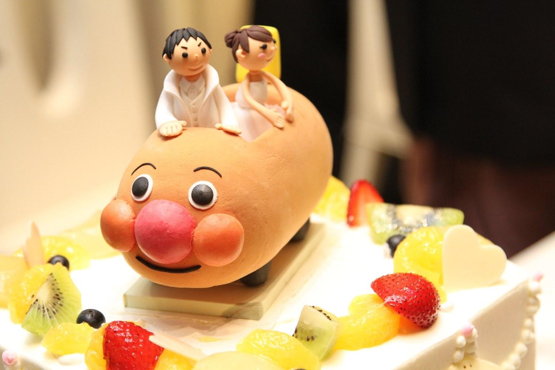 徳島市の結婚式場ブランアンジュでアンパンマン号のオリジナルウェディングケーキ