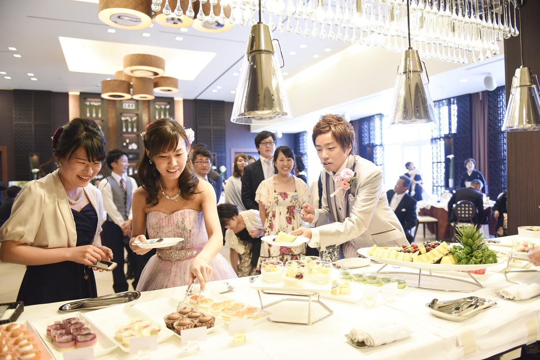 徳島市の結婚式場ブランアンジュで新郎新婦みずからデザートビュッフェを渡す
