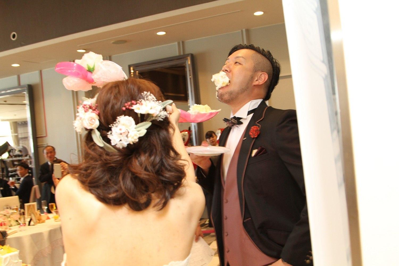 徳島市の結婚式場ブランアンジュでファーストバイトで大きなケーキは愛情の大きさ