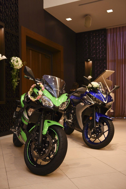 徳島市の結婚式場ブランアンジュで共通の趣味のバイクをバンケットの中で展示