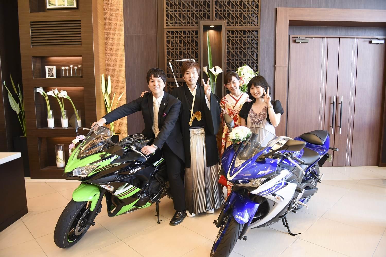 徳島市の結婚式場ブランアンジュでバイクの前で記念写真はゲストにも好評でした