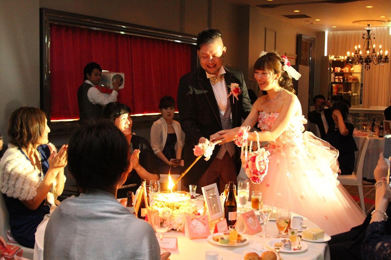 徳島市の結婚式場ブランアンジュでゲストに感謝を伝えながらのキャンドルサービス