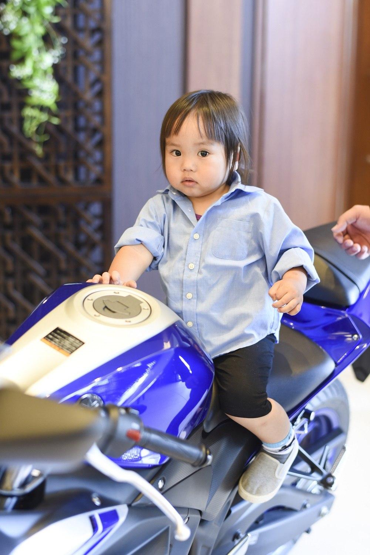 ゲストのお子様もバイクで写真