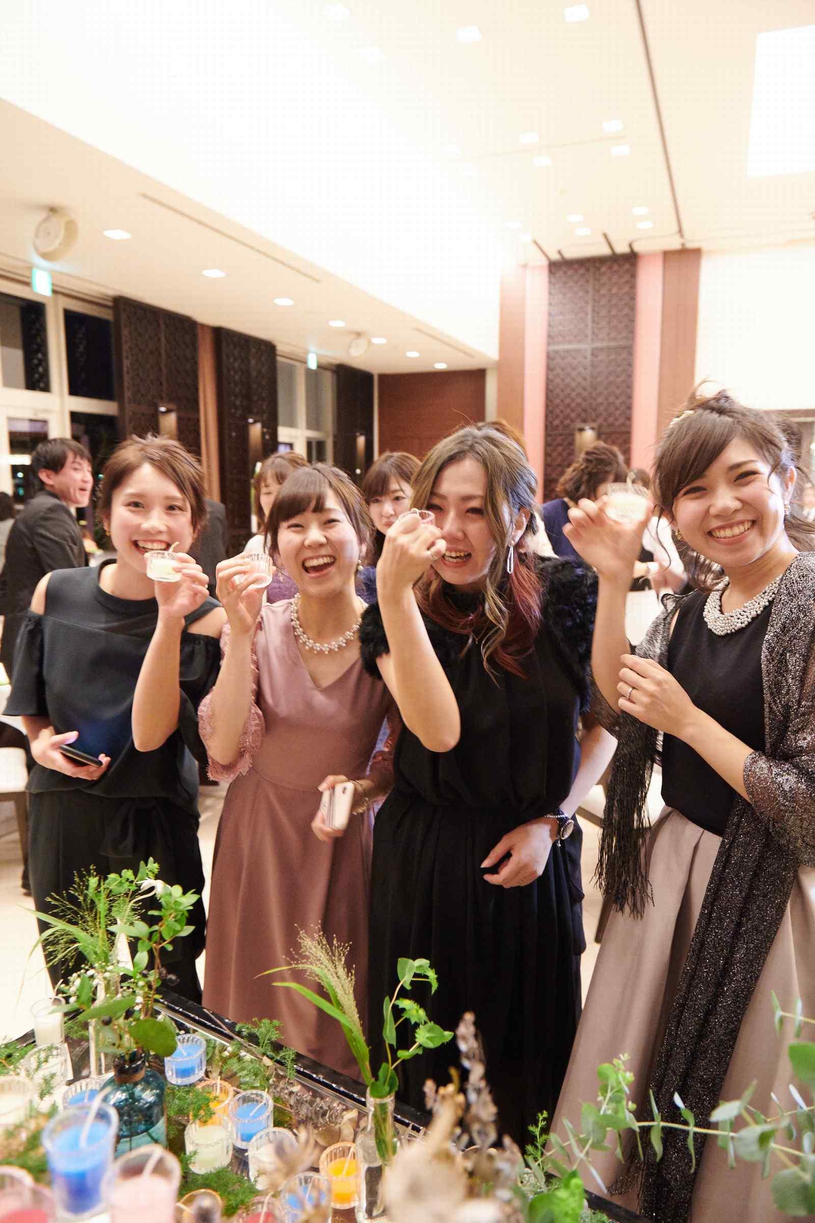徳島県の結婚式場ブランアンジュでキャンドルビュッフェを楽しむゲスト