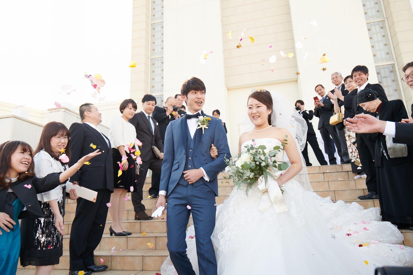徳島県の結婚式場ブランアンジュの大階段でアフターセレモニー