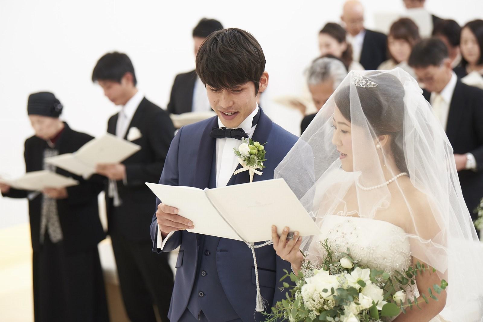 徳島市の結婚式場ブランアンジュのチャペルで聖歌を歌うゲストと新郎新婦