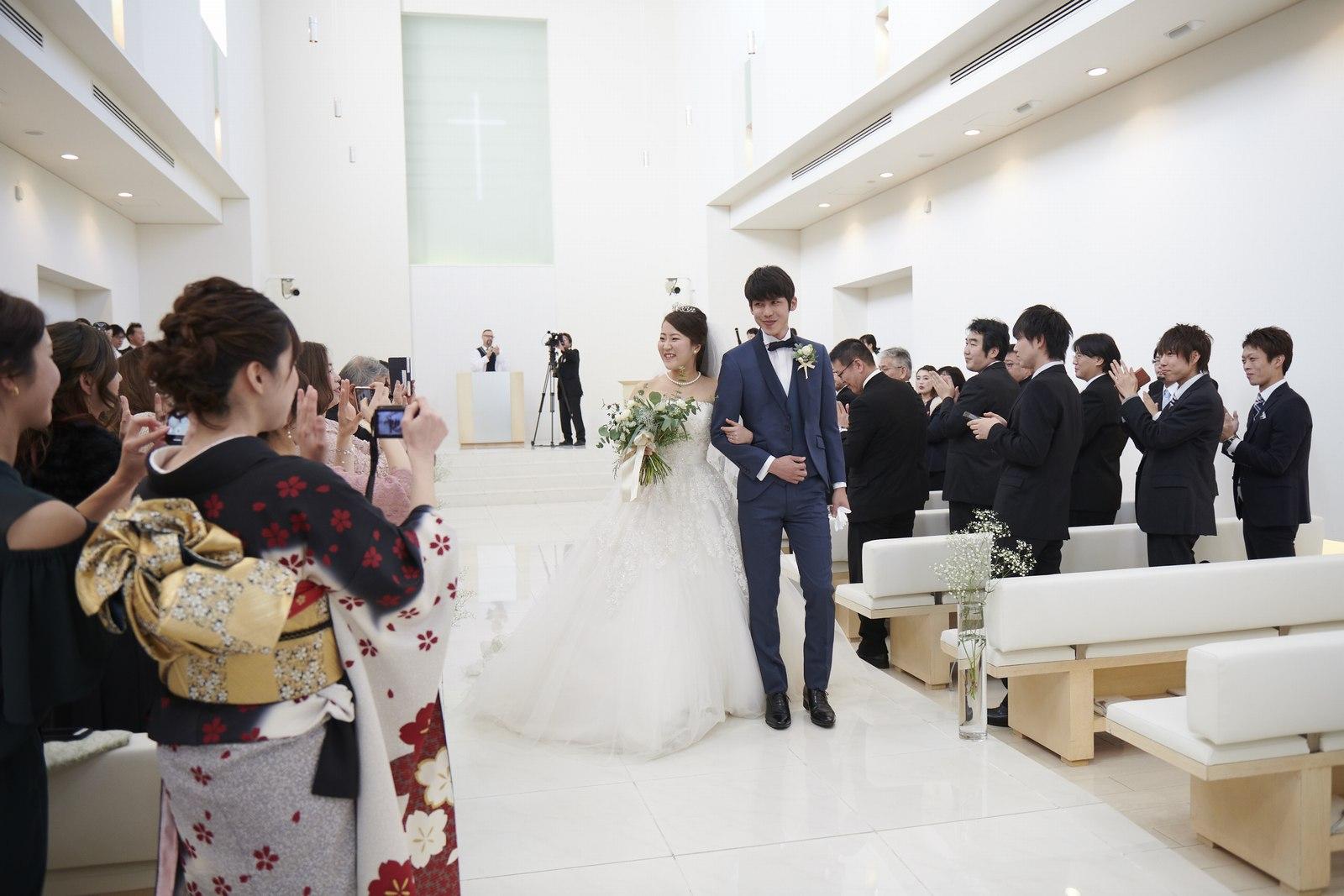 徳島県の結婚式場ブランアンジュのチャペルで新郎新婦の退場