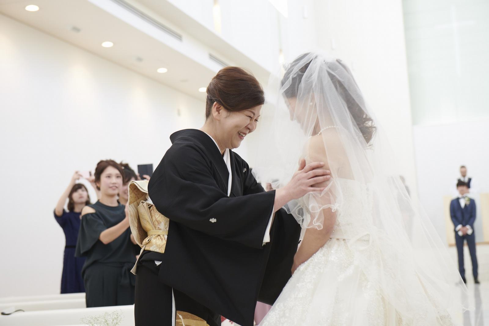 徳島市の結婚式場ブランアンジュのチャペルでベールダウンをする感動的なシーン