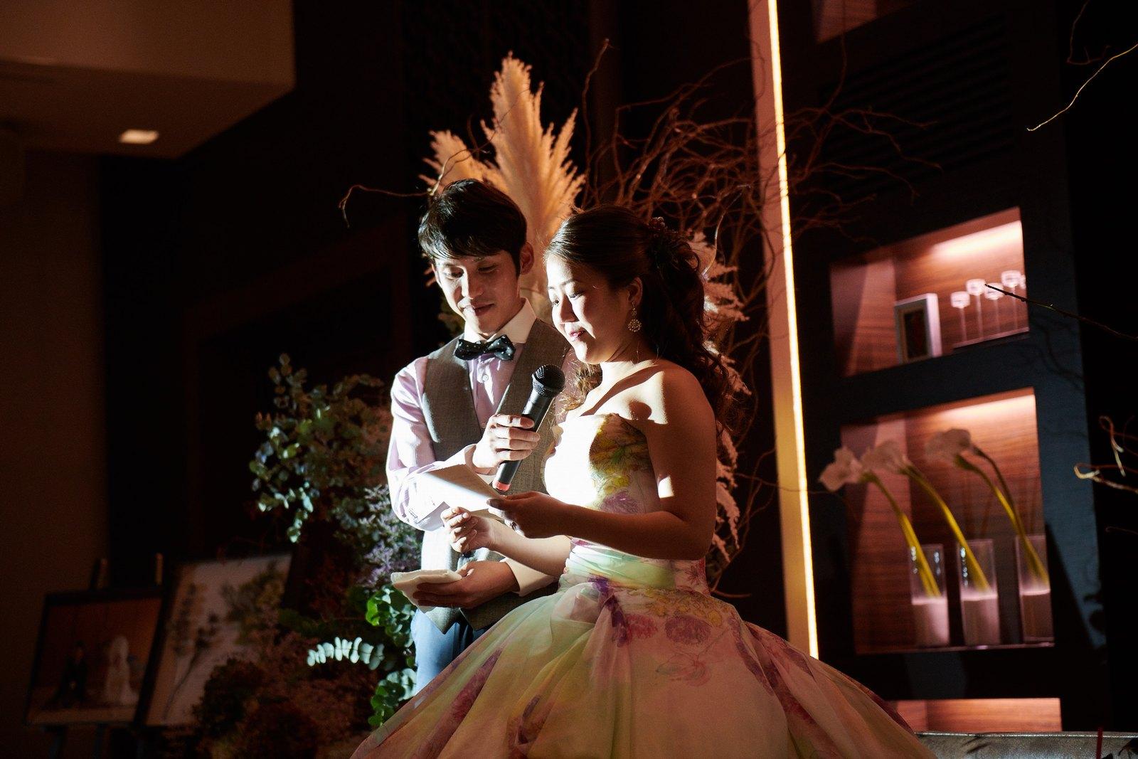 徳島県の結婚式場ブランアンジュの披露宴の最後に両親に手紙を読む新婦
