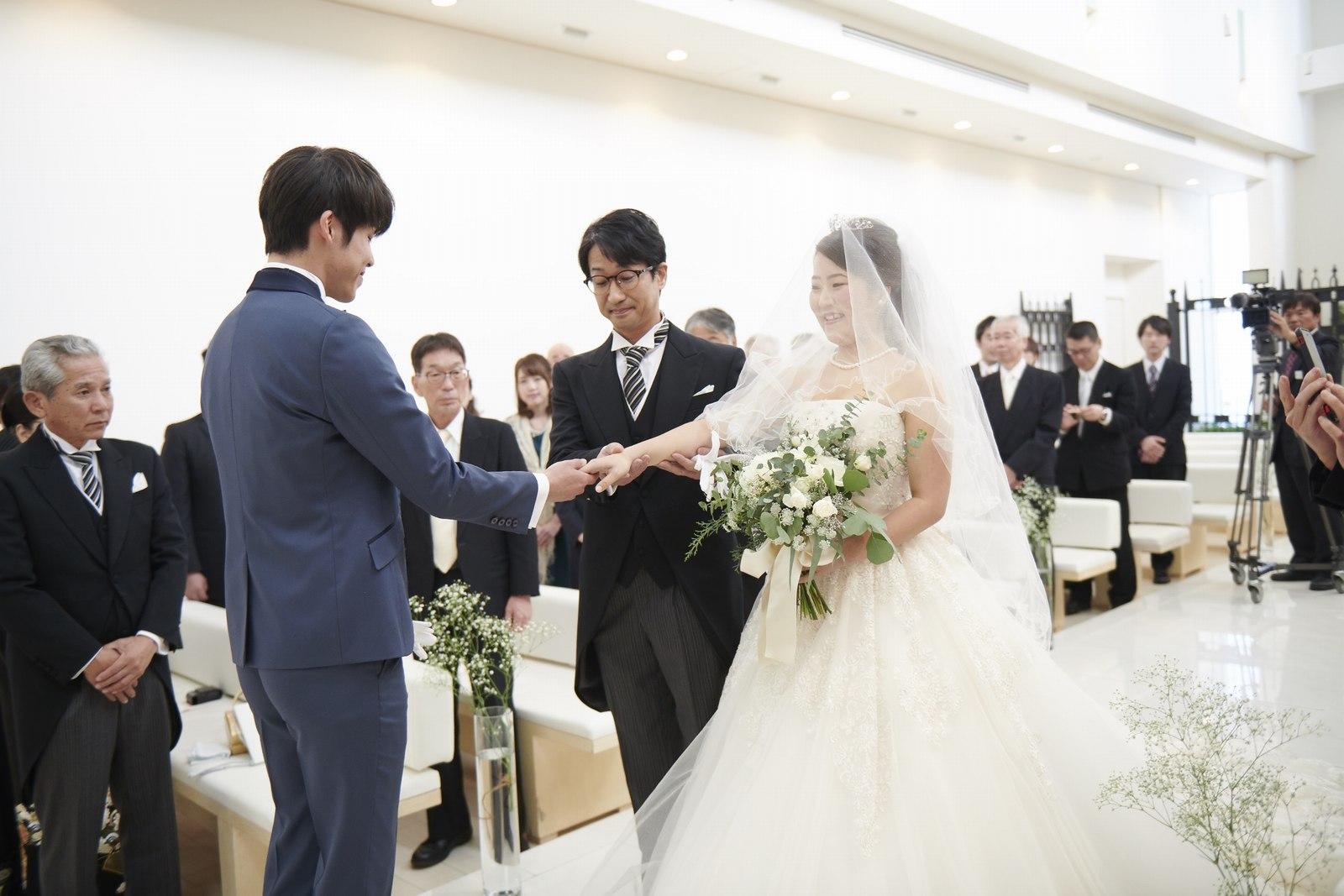 徳島市の結婚式場ブランアンジュのバージンロードで新郎へとバトンタッチ