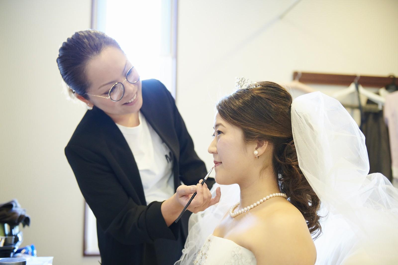 徳島県の結婚式場ブランアンジュの控室でメイクを行う新婦