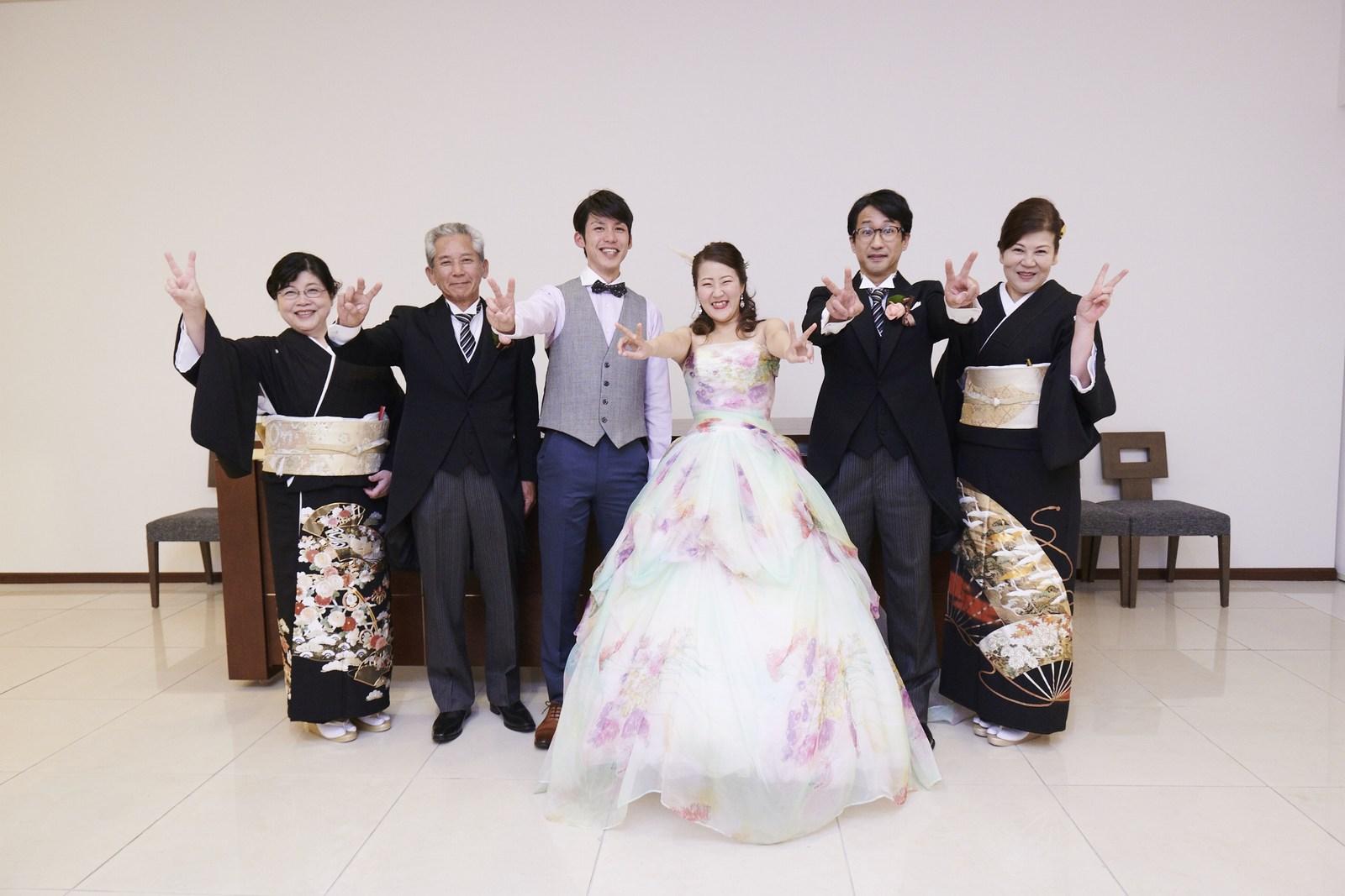 徳島県の結婚式場ブランアンジュの両家両親と新郎新婦で集合写真