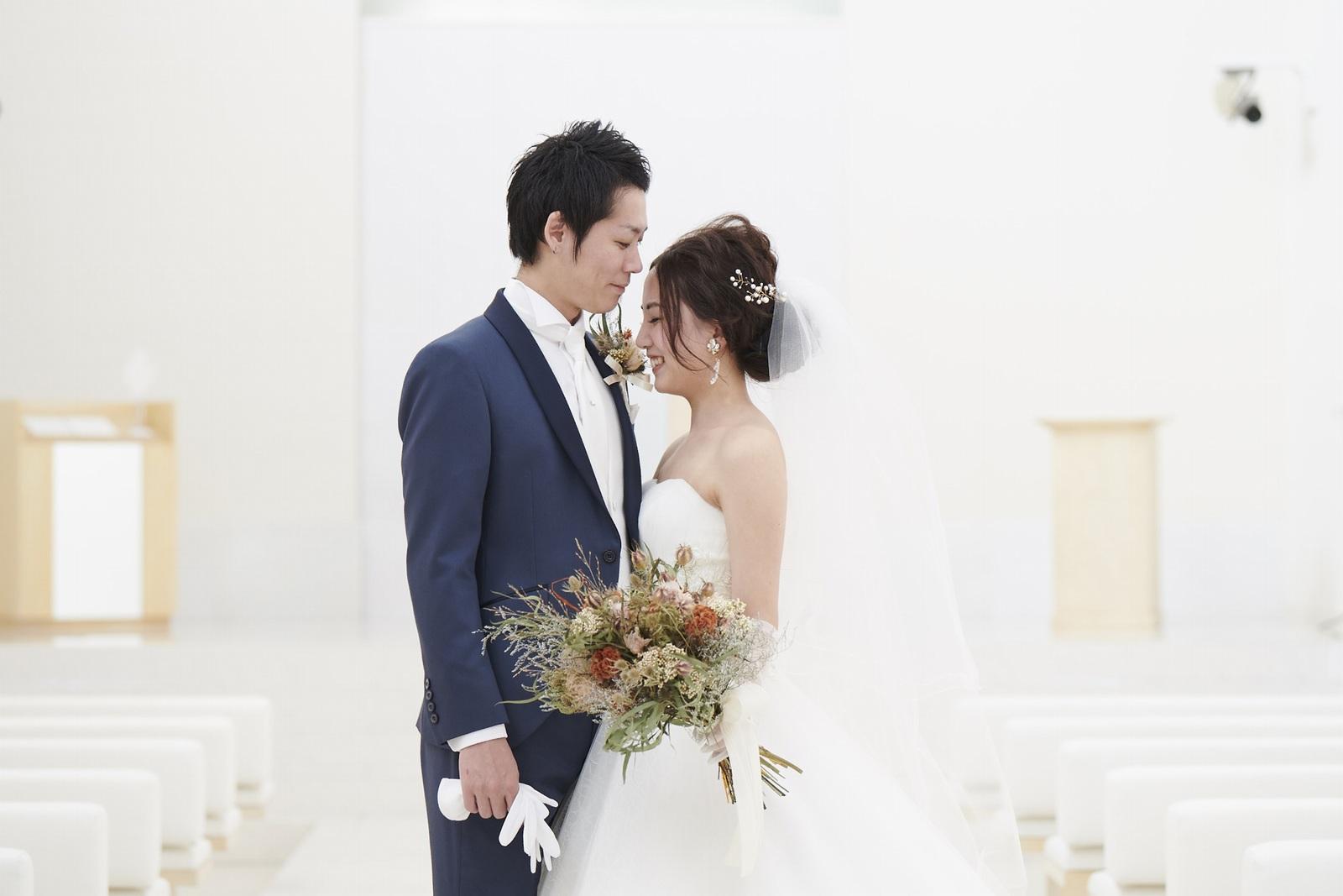 徳島県の結婚式場ブランアンジュのチャペルでの新郎新婦ショット
