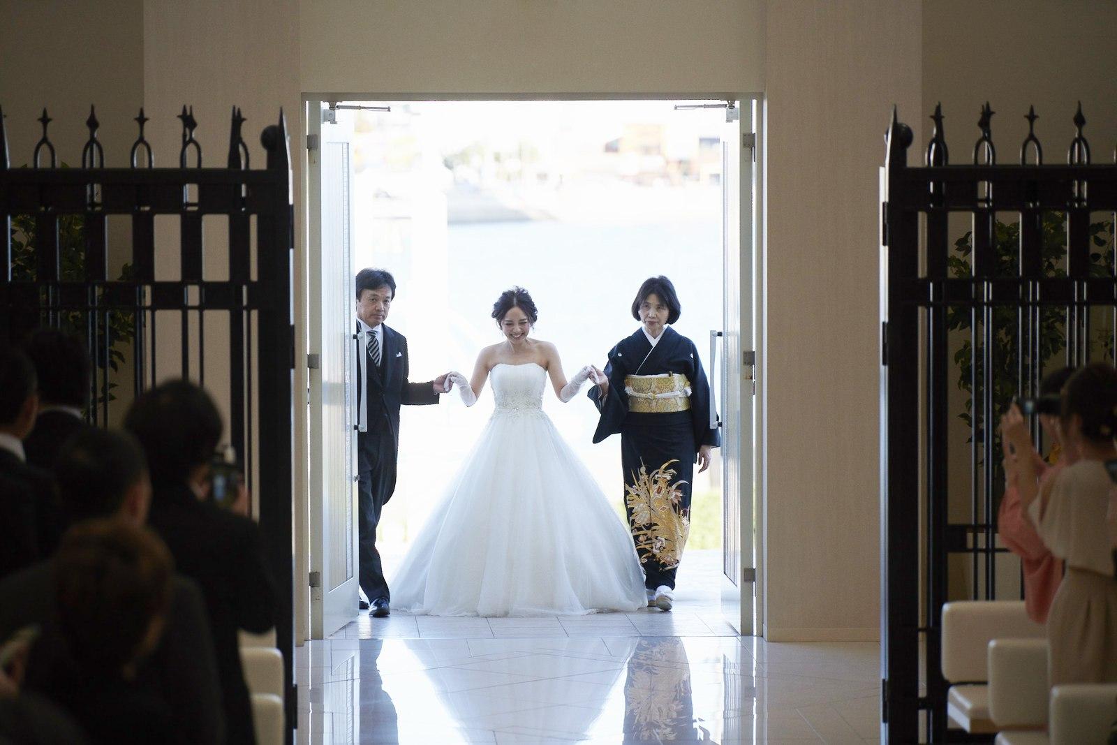 徳島県の結婚式場ブランアンジュのチャペルへ入場する新婦と両親