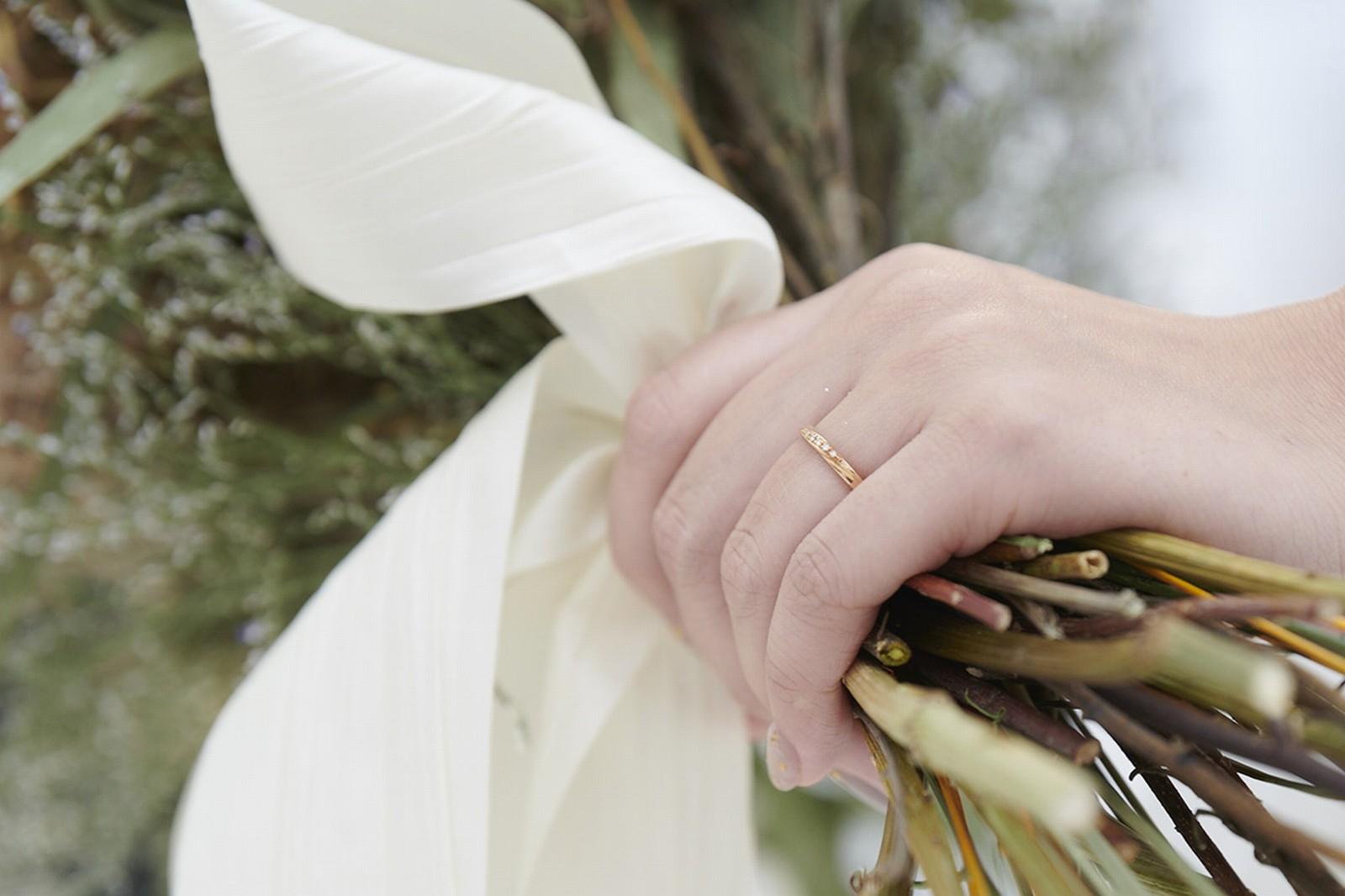 徳島県の結婚式場ブランアンジュのブーケを持つ新婦の手元に輝く指輪