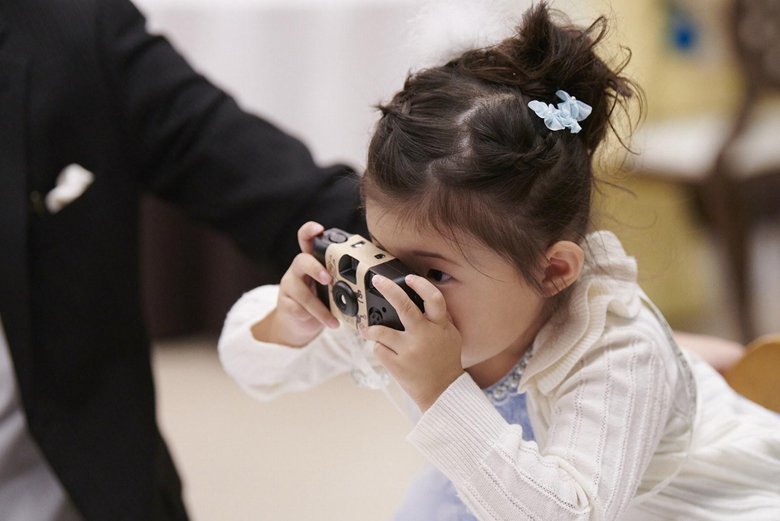 徳島県の結婚式場ブランアンジュでカメラの撮影を楽しむお子様ゲスト