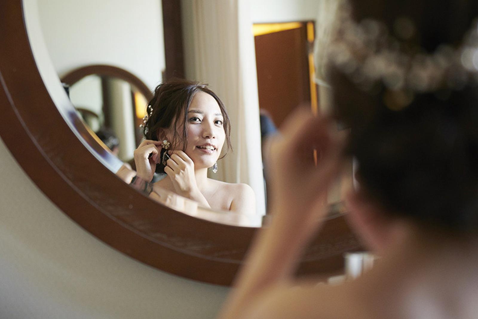 徳島県の結婚式場ブランアンジュの新郎新婦控室でイヤリングを付ける新婦