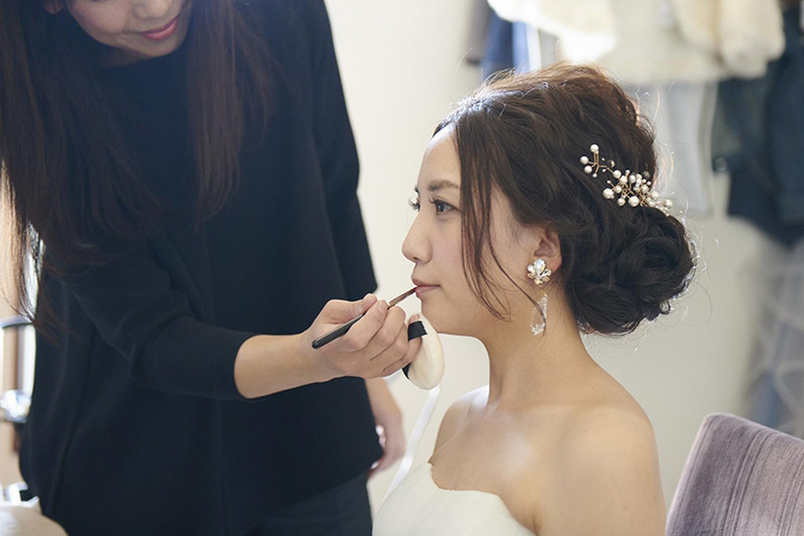 徳島県の結婚式場ブランアンジュの控室で支度をする新婦
