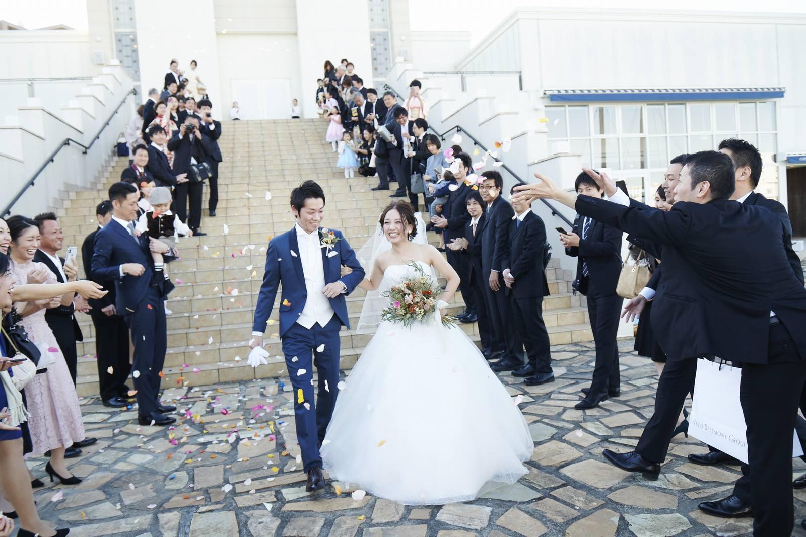 徳島県の結婚式場ブランアンジュの大階段でフラワーシャワー
