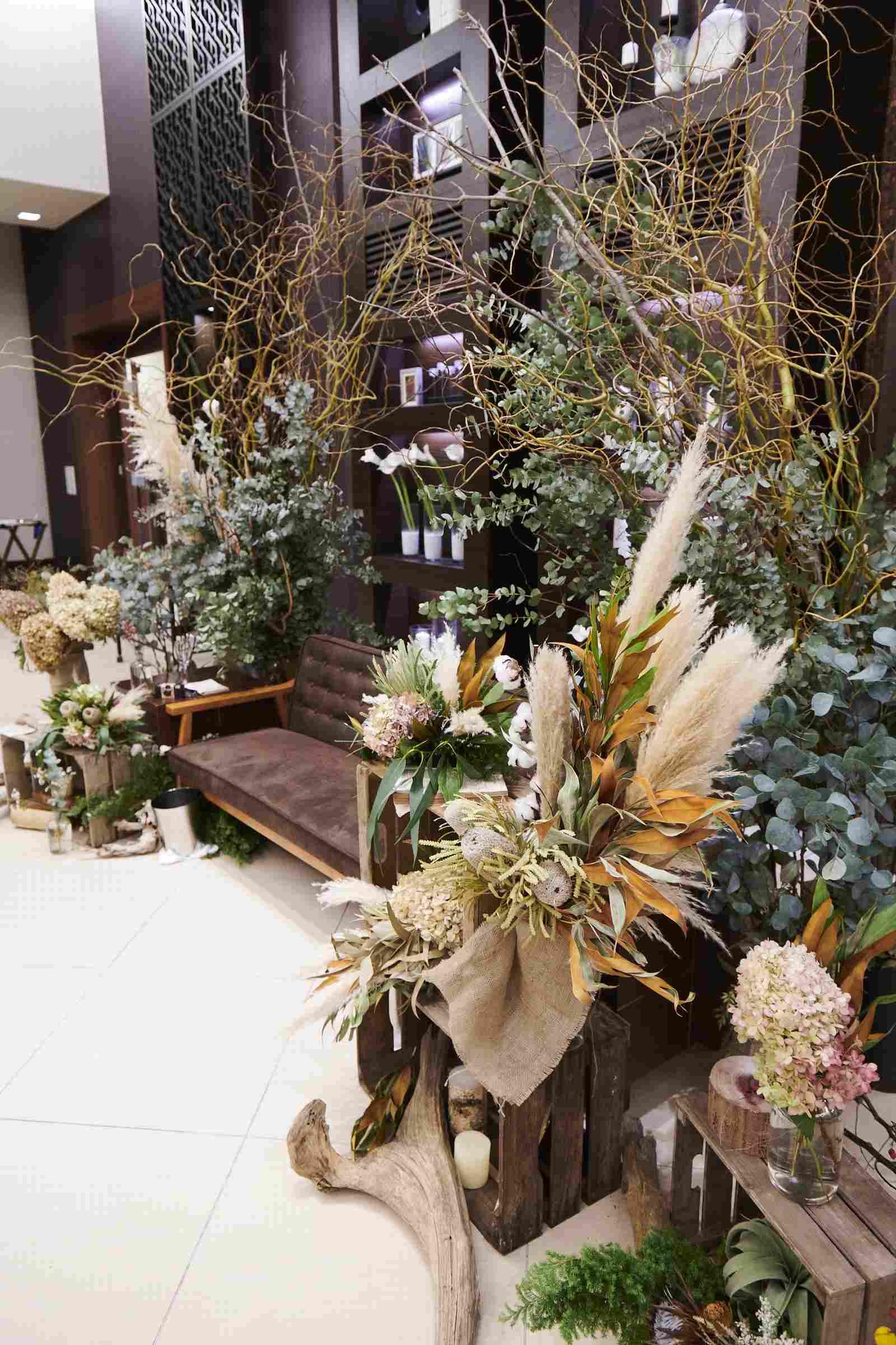徳島県の結婚式場ブランアンジュのナチュラルな装花のソファ席