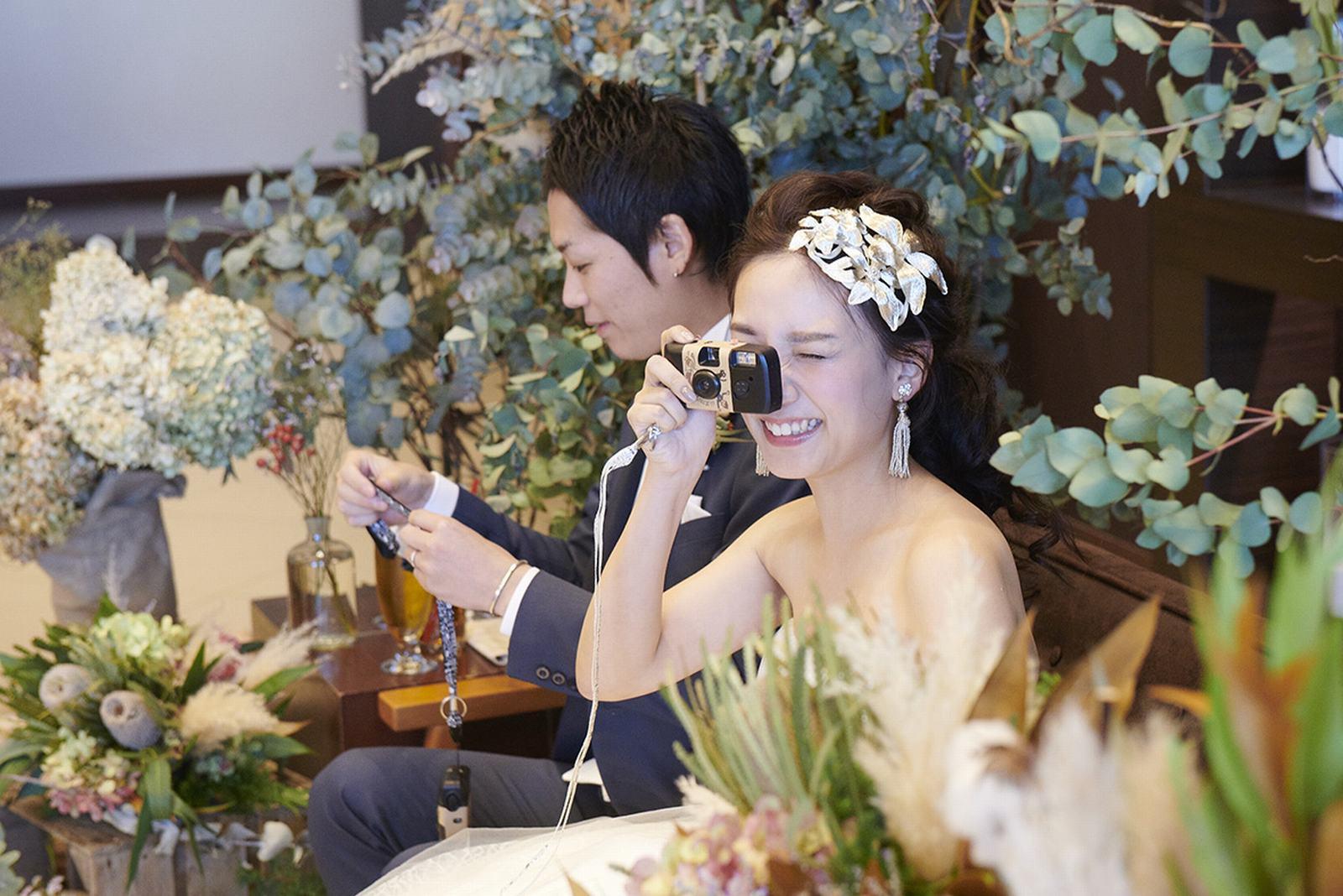徳島県の結婚式場ブランアンジュで笑顔でゲストを撮る新婦