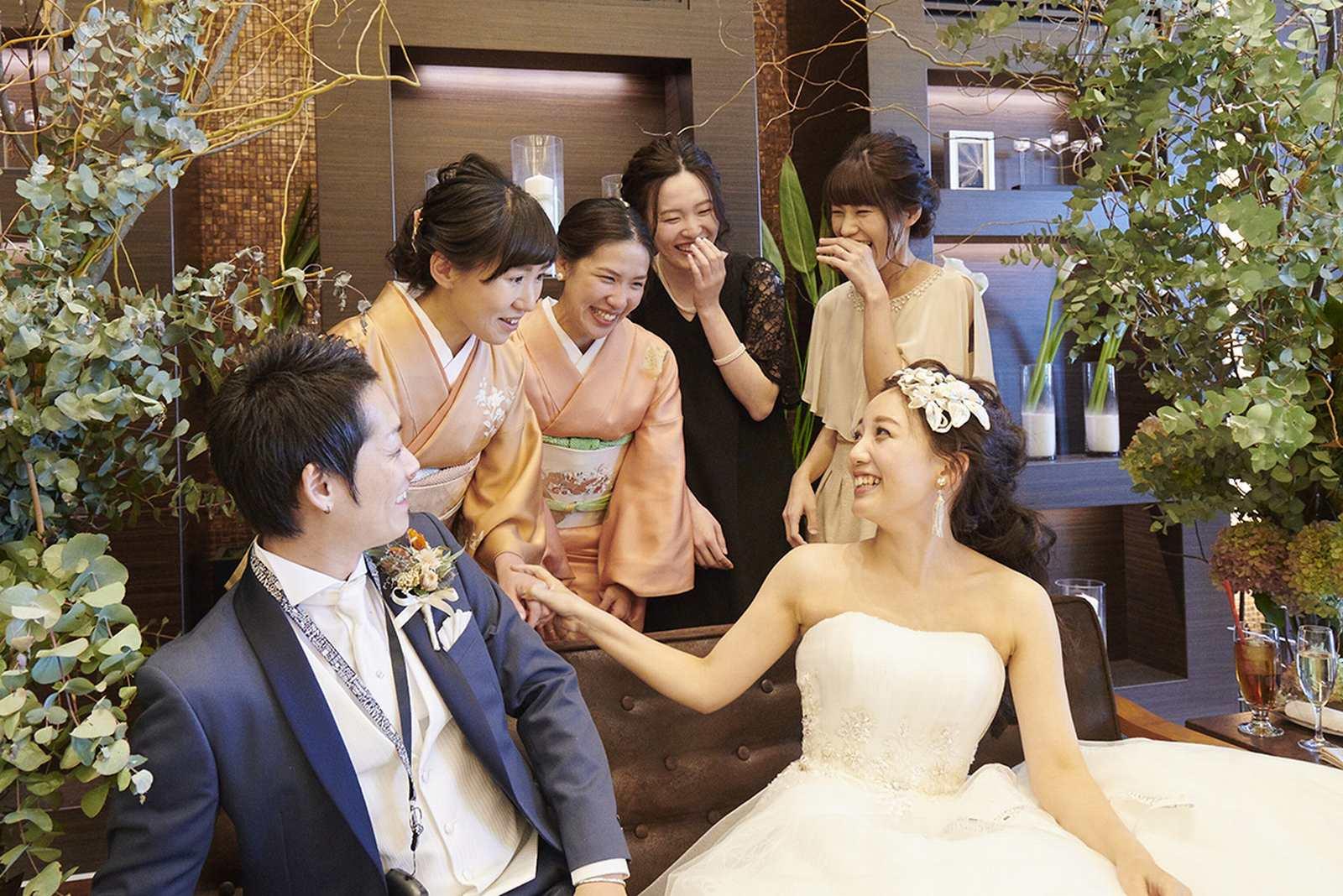 徳島県の結婚式場ブランアンジュのソファ席で談笑