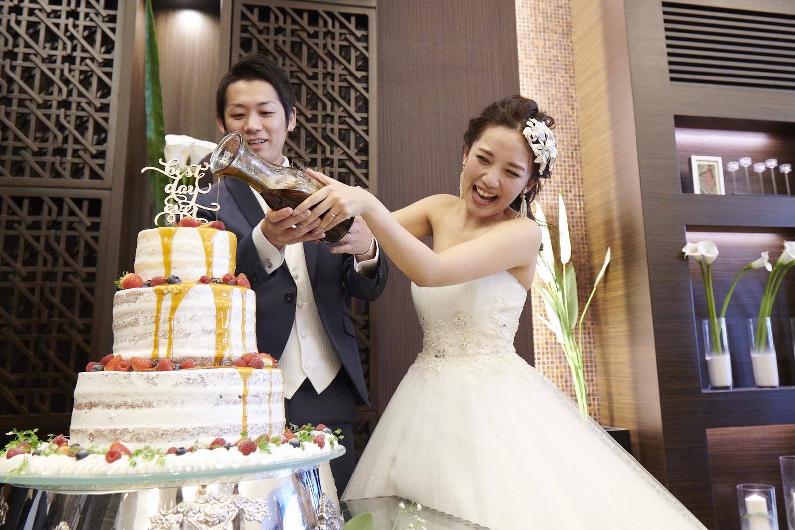 徳島県の結婚式場ブランアンジュでウエディングケーキにカラードリップする演出