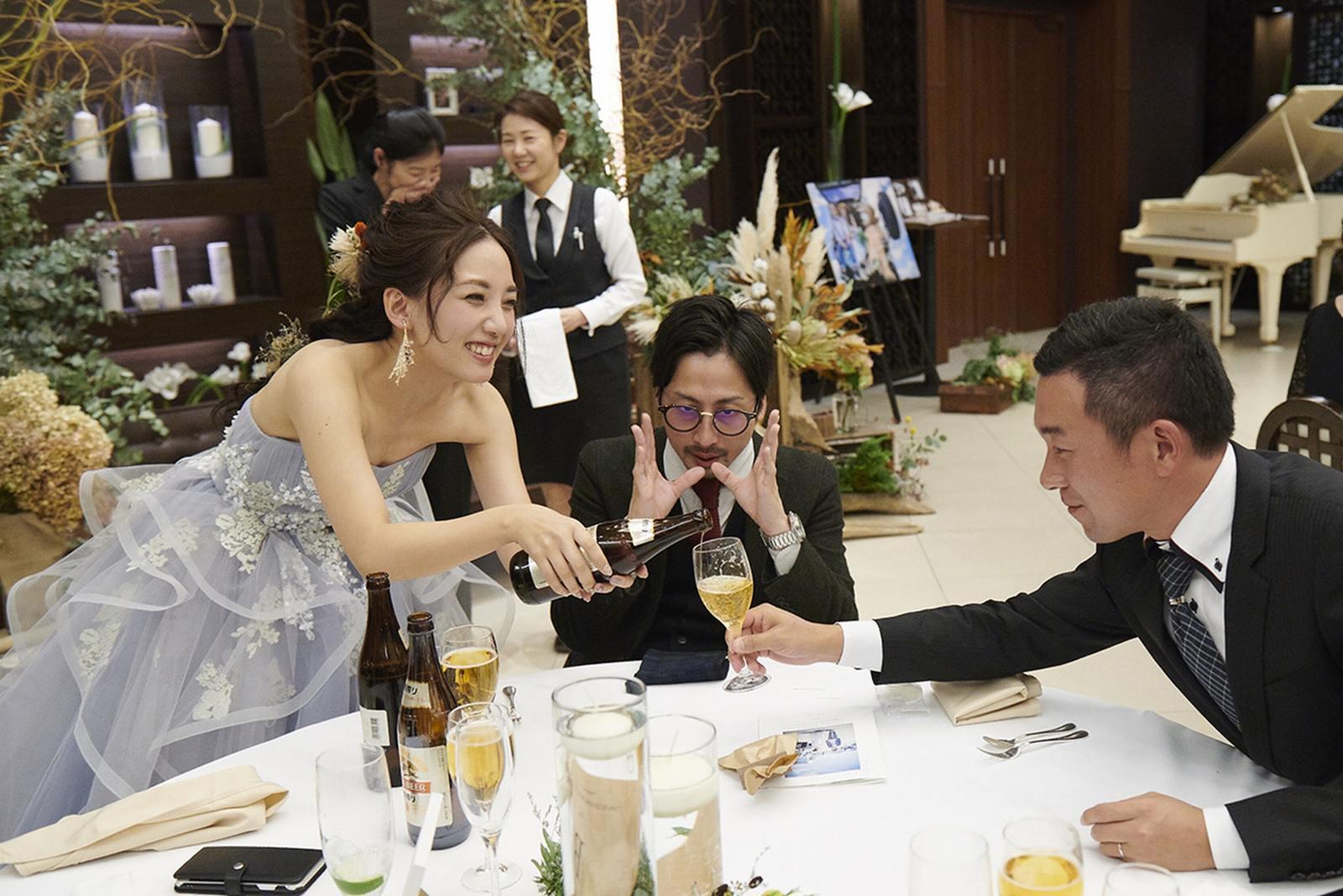 徳島県の結婚式場ブランアンジュでゲストにお酌をする新婦