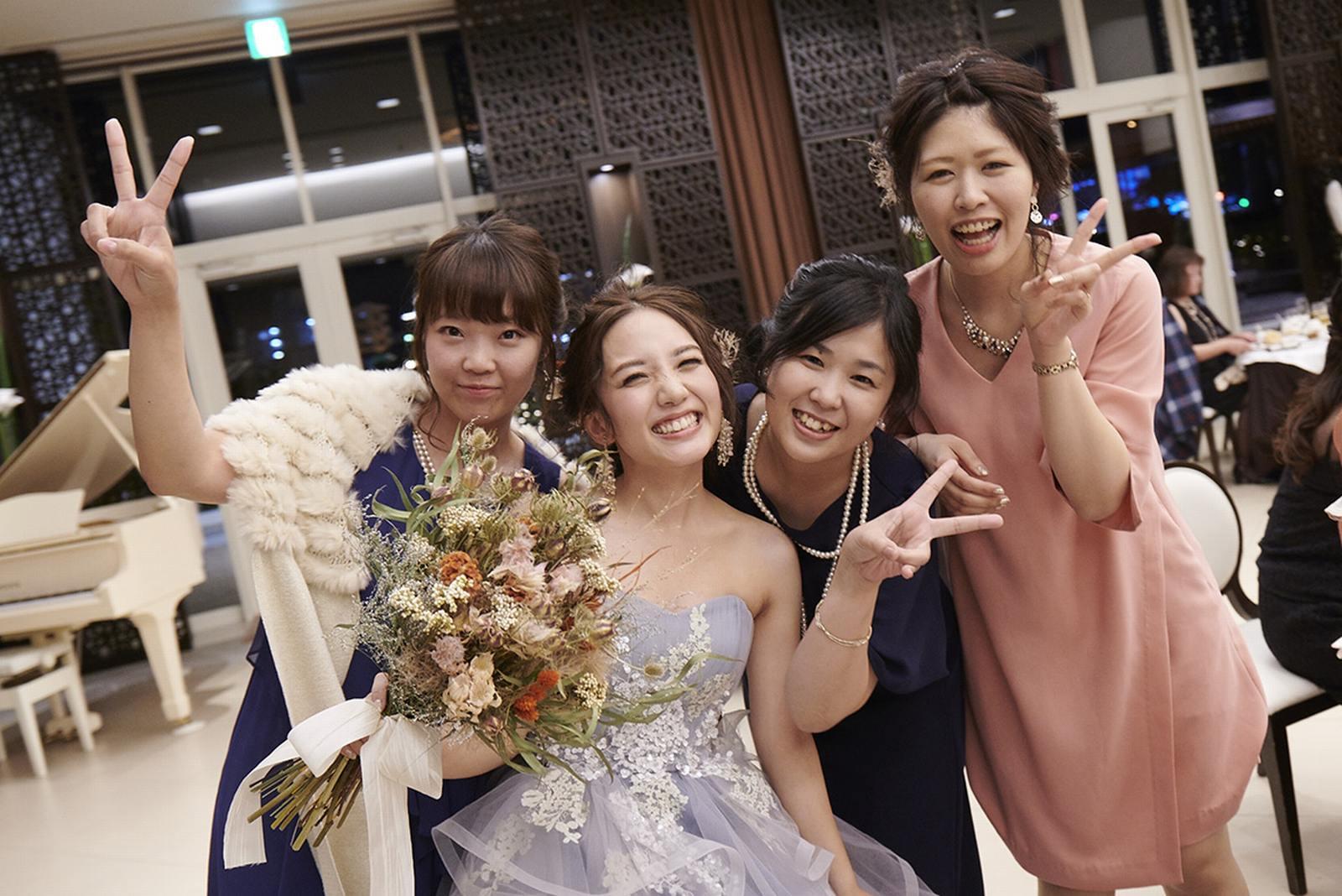 徳島県の結婚式場ブランアンジュで友人と記念撮影をする笑顔の新婦