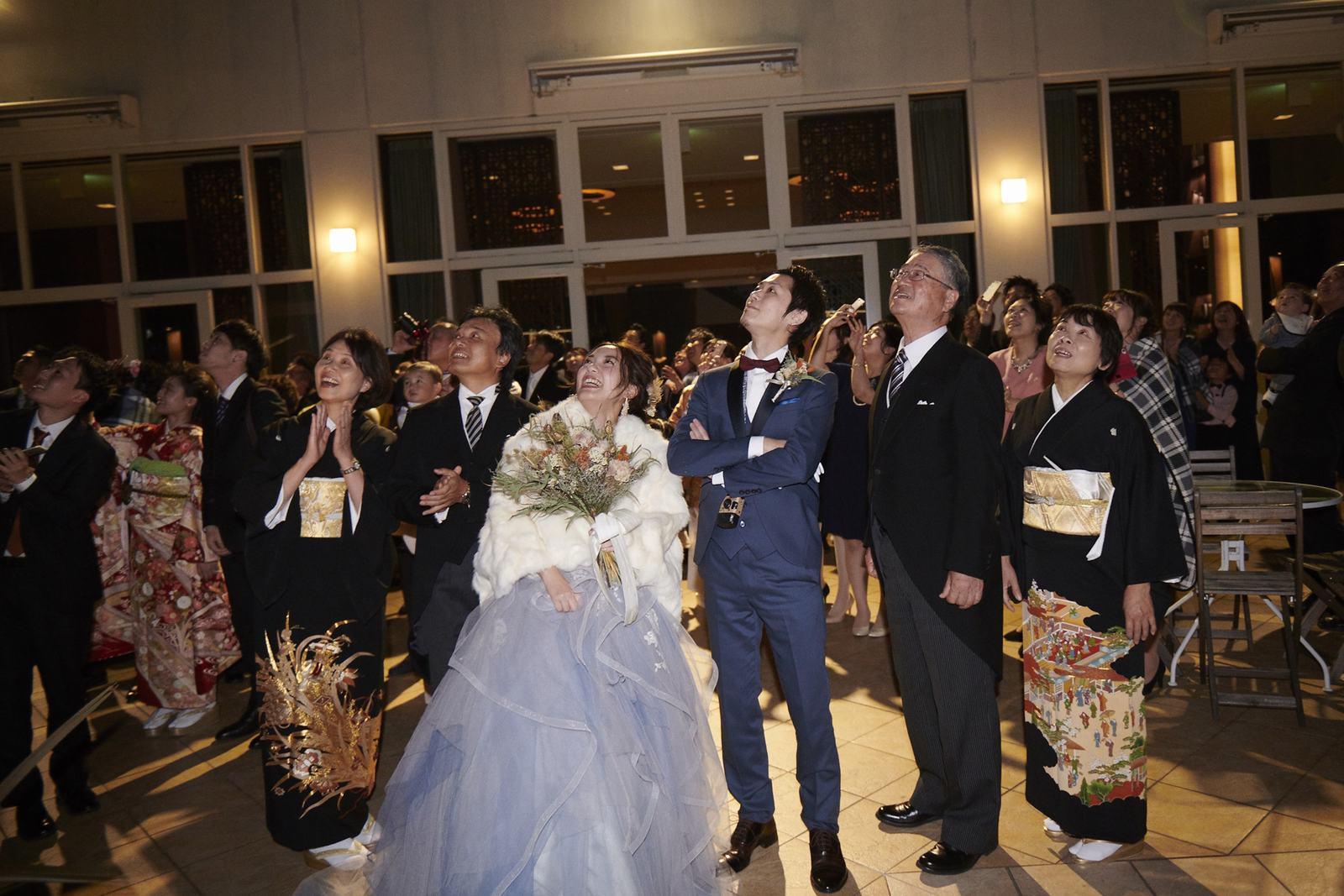 徳島県の結婚式場ブランアンジュで花火を楽しむ新郎新婦とゲスト