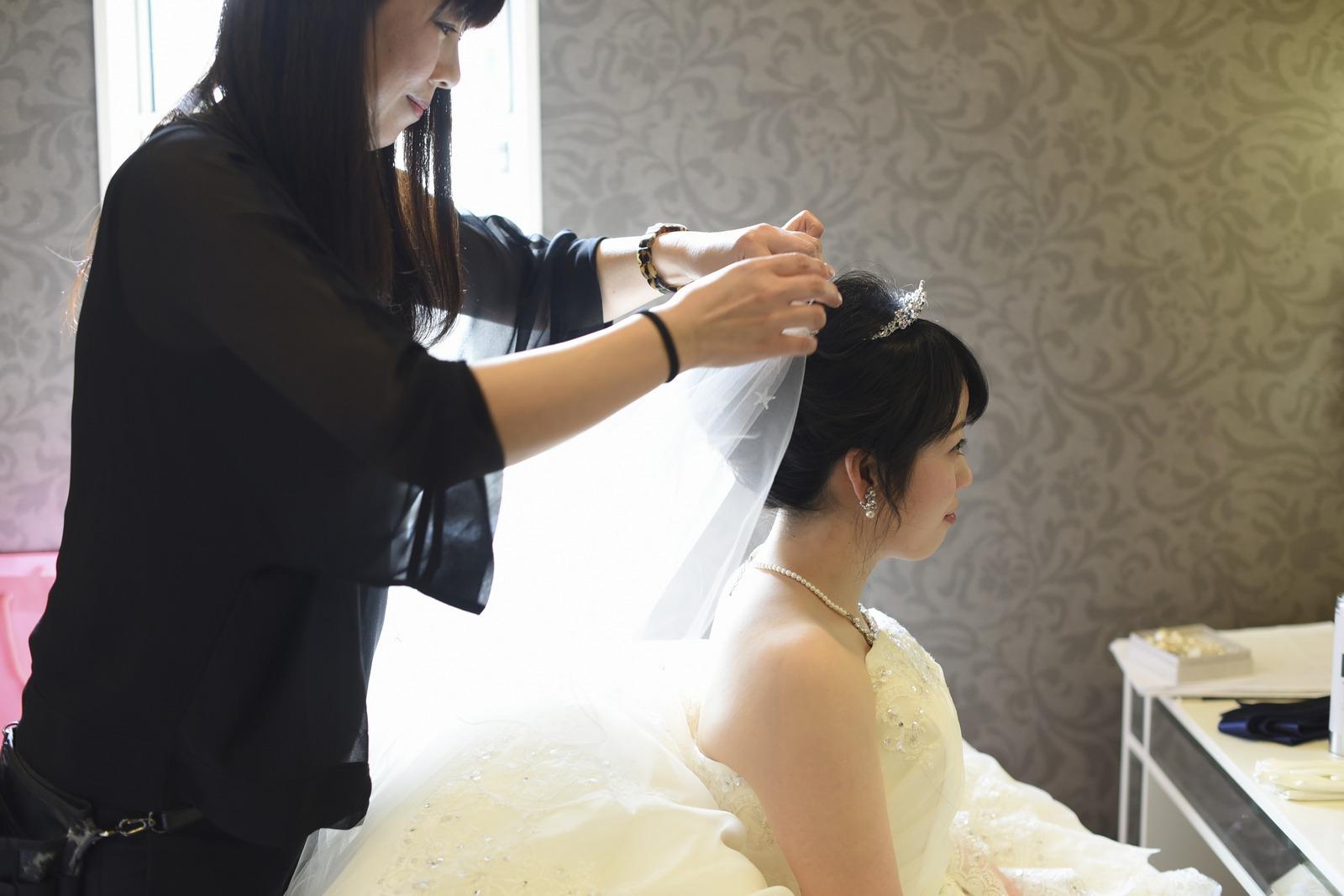 徳島市の結婚式場ブランアンジュの控室で支度をする新婦