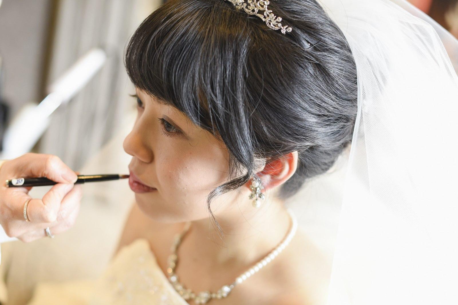 徳島市の結婚式場ブランアンジュの控室でメイクをする新婦