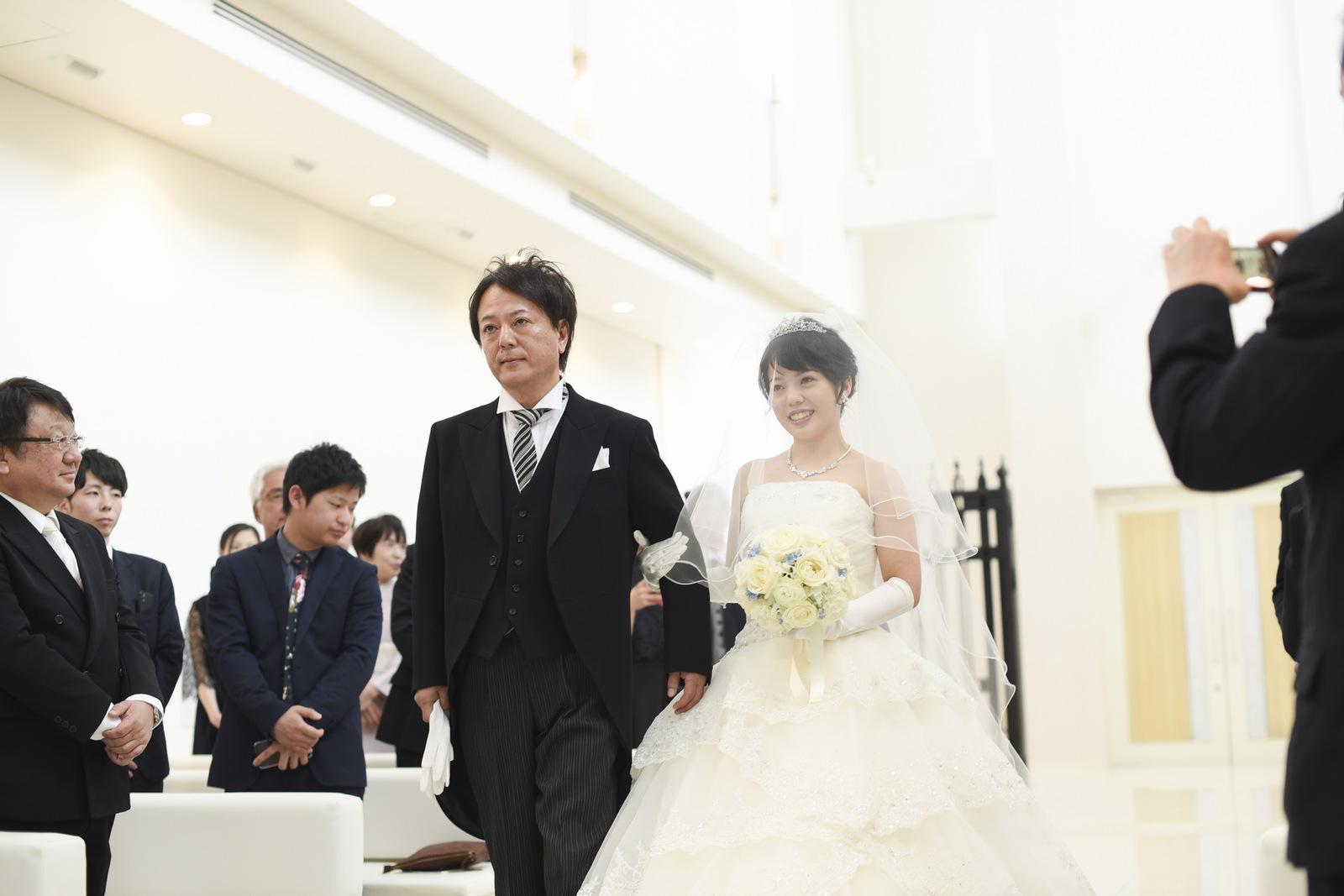 徳島市の結婚式場ブランアンジュのチャペルで入場する新婦とお父様