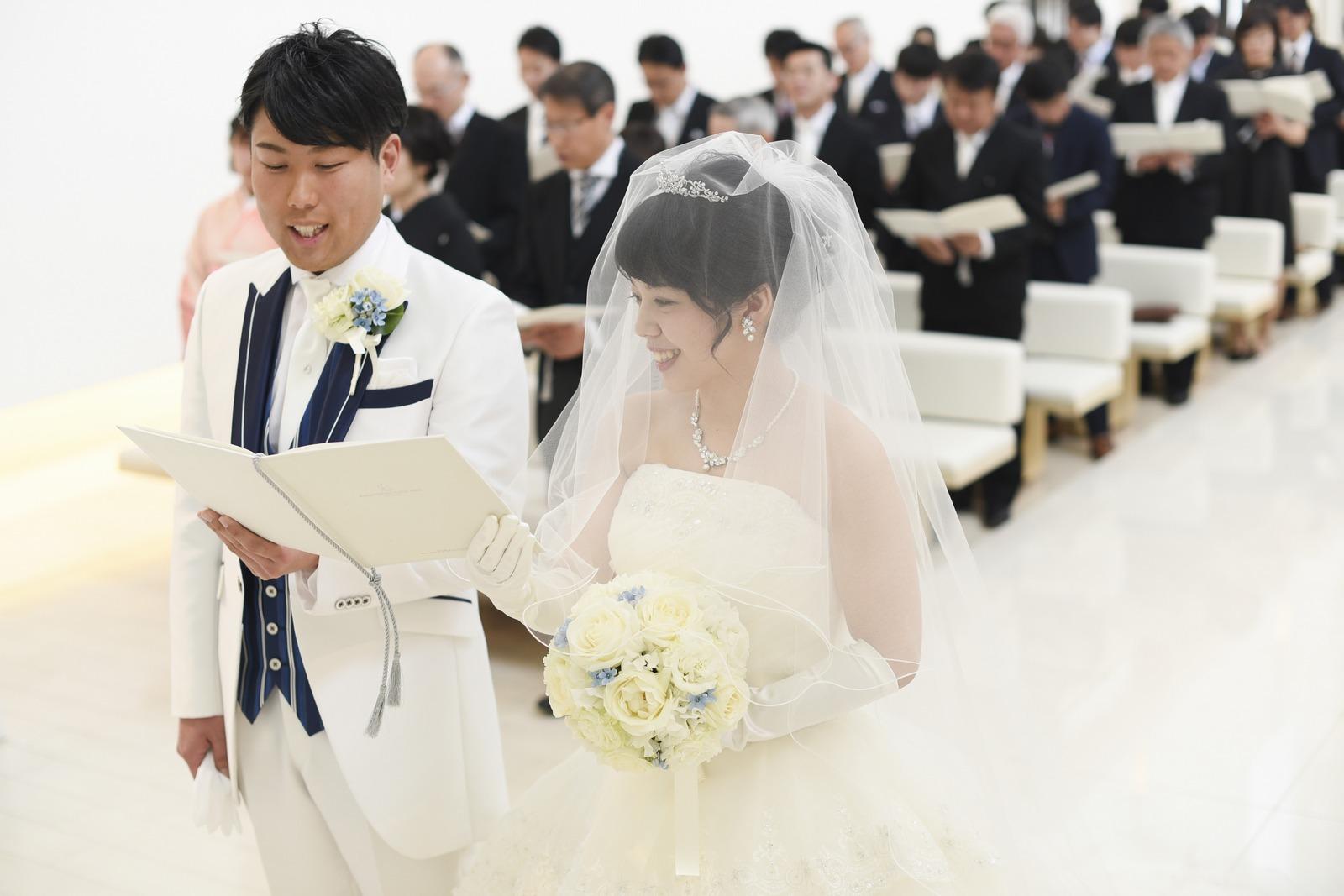 徳島市の結婚式場ブランアンジュの挙式で聖歌を歌う