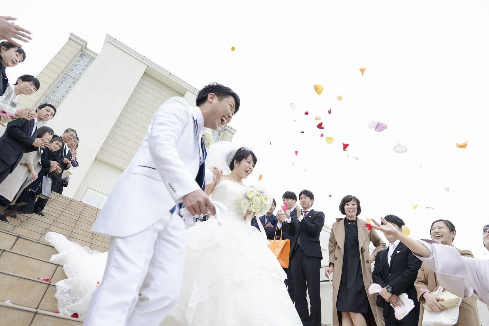 徳島市の結婚式場ブランアンジュも大階段でフラワーシャワー