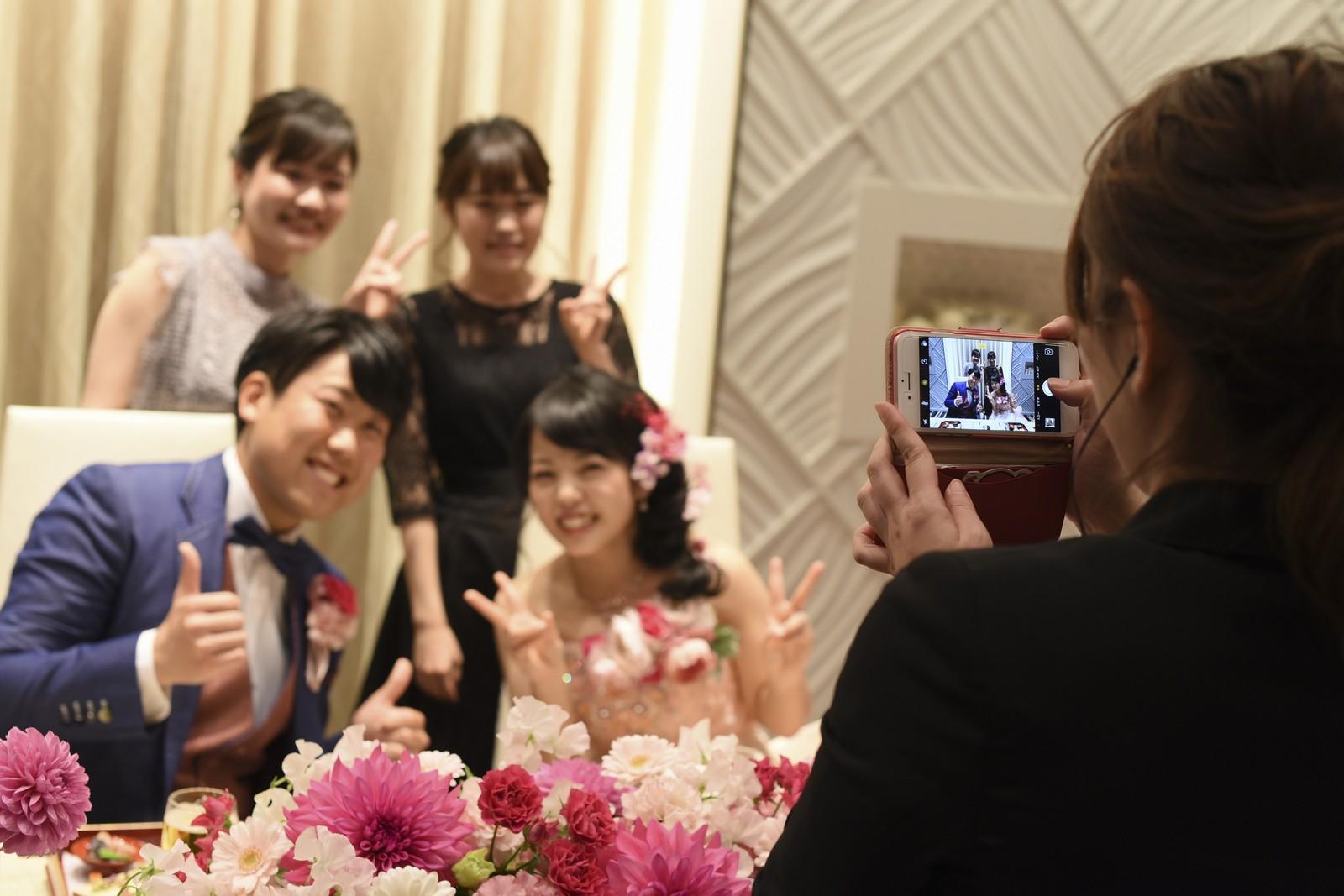 徳島市の結婚式場ブランアンジュでメインテーブルでご友人様と記念撮影