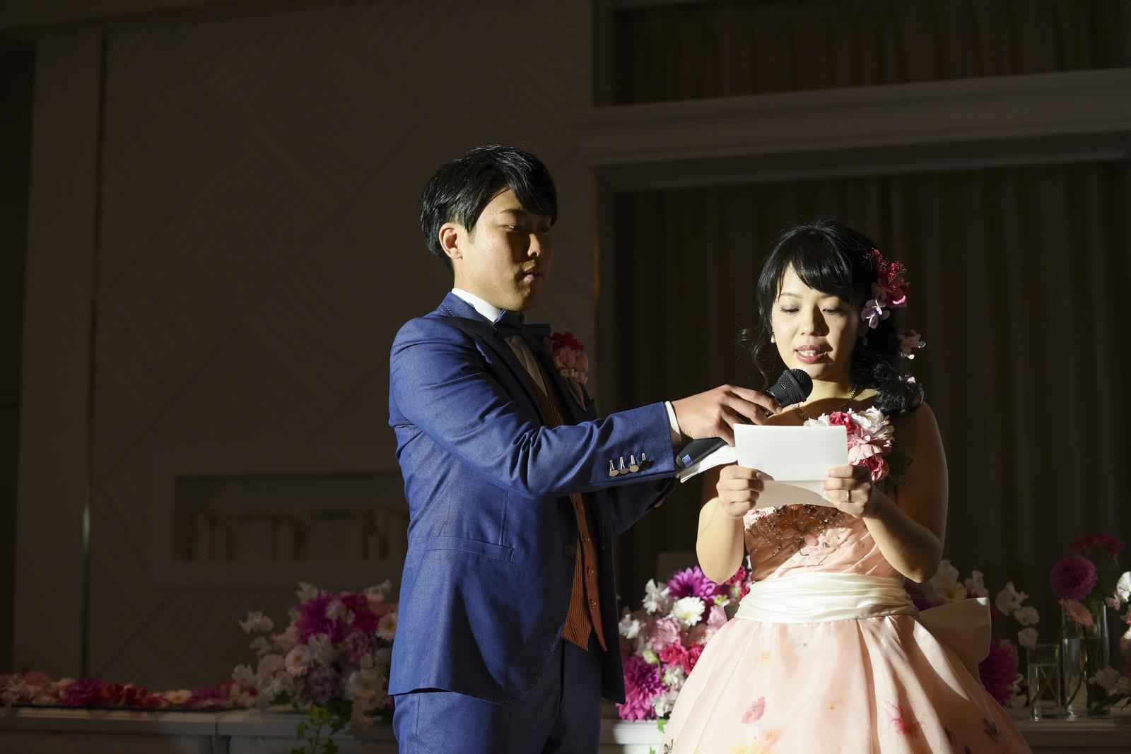徳島市の結婚式場ブランアンジュで手紙を読む新婦