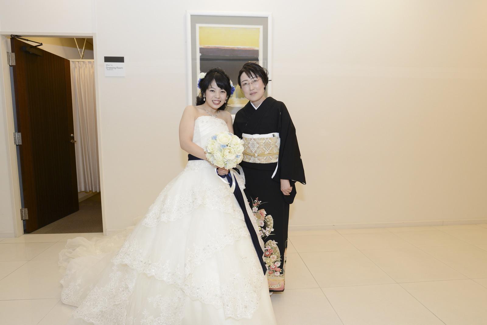 徳島市の結婚式場ブランアンジュでお母様と記念撮影