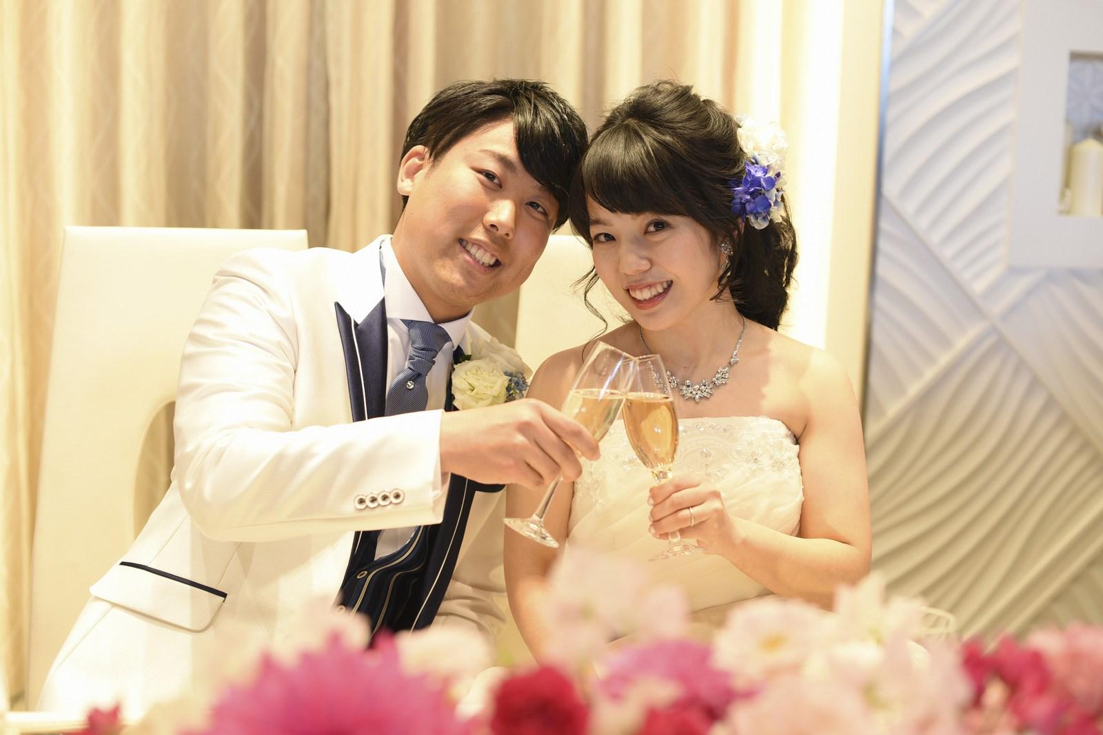 徳島市の結婚式場ブランアンジュのメインテーブルでの乾杯ショット